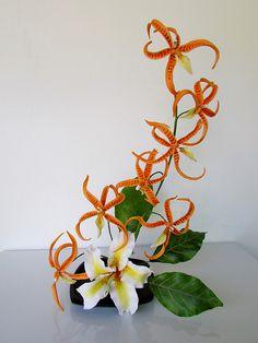 Arreglo con orquideas Brassada Orange Delight y Ceiba Especiosa