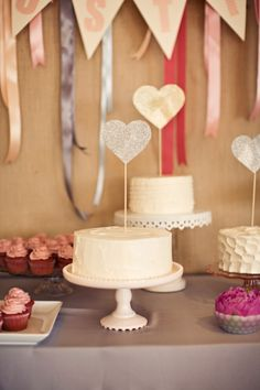 love these mini cakes on cake stands
