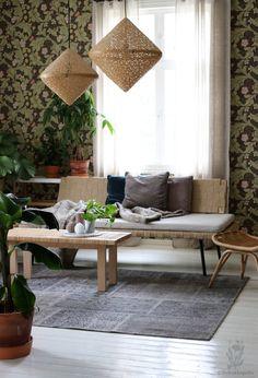 @Voikukka Pelto upea olohuone, jossa olemme ylpeinä mukana: Keskellä kaunista lautalattiaa Sukhin harmaa turkkilainen tilkkumatto. Ja todella upeat lamput! #Sukhi #olohuone #livingroom #turkishrug #patchwork
