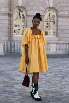 The Best London Fashion Week 2019 Street Style Trends: Yellow Puff-Sleeve Dress and Ganni cowboy boots Source by WhoWhatWear dress street style Printemps Street Style, Spring Street Style, Street Style Looks, Fashion Week, Fashion Trends, Fashion Fashion, Street Fashion, Runway Fashion, Womens Fashion