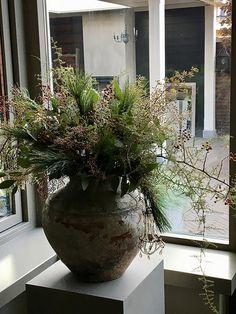 Landelijke Stijl Christmas Planters, Christmas Centerpieces, Xmas Decorations, Christmas Projects, Flower Decorations, Nordic Christmas, Christmas Mood, Outdoor Christmas, Wabi Sabi