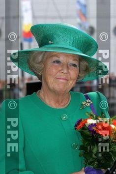 """""""Koningin Beatrix, Nederland - 2005 draagt koningin Beatrix een ensemble van  groene wollen crêpe  van Couture Theresia in Amsterdam. De  hoed is van Harry Scheltens"""""""