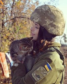 """""""They're like an anti-depressant"""" - The war cats of Ukraine Female Cop, Female Soldier, Ukraine Women, Military Women, Armed Forces, Aesthetic Clothes, Cat Lovers, Animals, Troops"""