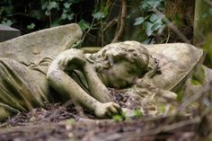 Monument in Highgate Cemetery ~ London Highgate Cemetery, Cemetery Statues, Cemetery Art, Angel Statues, Cemetery Monuments, Cemetery Headstones, Statue Ange, La Danse Macabre, Old Cemeteries