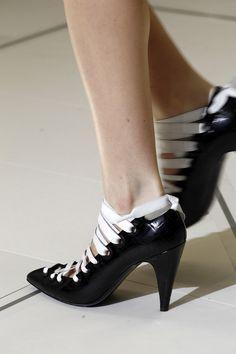 La tendencia del tacon medio: zapatos de Balenciaga. I Want it!!!!!