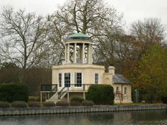 Temple Island wedding venue in Henley-on-Thames, Oxon. Located amidst rolling water meadows and surrounded by wooded hills, it marks the Start of the famous Henley Royal Regatta Course.