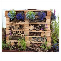 Old pallets shelves for insect hotel Wooden Dog House, Build A Dog House, Eco Garden, Garden Crafts, Garden Pond, Garden Beds, Bug Hotel, Old Pallets, Recycled Pallets