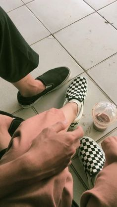 Aesthetic Shoes, Aesthetic Movies, Aesthetic Videos, Aesthetic Pictures, Cute Couples Kissing, Cute Muslim Couples, Cute Couples Goals, Cute Friend Pictures, Girly Pictures