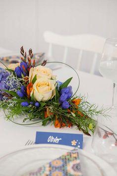 Blå blomsterdekorasjoner til festbordet