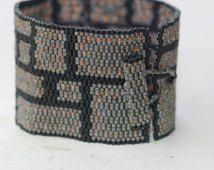 Rivets en acier... Bracelet Peyote. Brassard facilement. Large. Style industriel. Masculin. Blocs. Géométrique. Acier mat. Black
