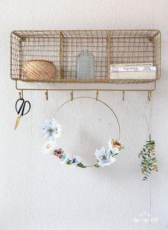 Papierblumen basteln geht einfach und schnell! Mit meinen Vorlagen und der Anleitung, zeige ich dir Schritt für Schritt, wie das Basteln mit Krepppapier easy gelingt, welche Materialien du brauchst und wie du zum fertigen Ergebnis kommst. Zur Anleitung: aye-aye-diy.com. --- Papierblumen basteln Anleitung I Papierblumen basteln Vorlagen I Paperflowers DIY I Paperflowers templates I DIY Papierblumen I Crepepaperflowers I Frühlingsdeko Ideen I DIY flower wreath I Papierblumenkranz Metallring I Diy Projects, Templates, Easy, Blog, Home Decor, Paper Mill, Paper Birds, Diy Decoration, Stencils