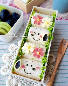 Cute Snoopy rolled sandwich bento box, accented with pretty ham & cheese flowers Bento Box Lunch For Kids, Cute Bento Boxes, Lunch Box, Bento Recipes, Bento Ideas, Cute Food Art, Kawaii Cooking, Bistro Food, Edible Crafts