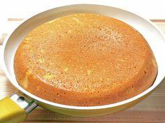 フライパンとホットケーキミックスを使って、大きなカステラを作ってみましょう。卵白を泡立てるのが一手間ですが、手動でも簡単に泡立ちますし、見栄えと味が良くなりますので、やってみてください。
