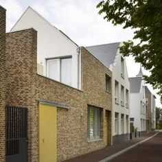Rows of brick houses between a pair of canals in Den Helder, the Netherlands by Tony Fretton Architects, part of a masterplan by West Architecture 101, Contemporary Architecture, Arch House, House Roof, New Urbanism, Stirling, Mews House, Brick Facade, Brick Houses