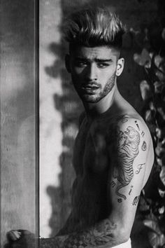 Find and save inspirational imagery of former One Direction member Zayn Malik. Estilo Zayn Malik, Zayn Malik Fotos, Zayn Malik Style, Zayn Malik Body, Zayn Malik Tattoos, Liam Payne, Harry Styles, Zayn Malik Wallpaper, Wallpaper Lockscreen