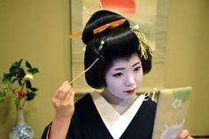 Geiko Ayano combing her katsura - January 2013