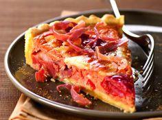 Tous les ingrédients du Pays Basque sont réunis dans cette tarte! Jambon de Bayonne, poivrons, tomates, tomme de brebis et piment d'Espelette donnent des allures basques à cette recette de tarte savoureuse!