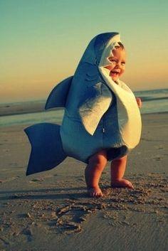 haha so cute baby shark! So Cute Baby, Baby Kind, Cute Kids, Funny Kids, Cute Babies Pics, Adorable Babies, 3 Kids, Baby Hai, Baby Kostüm