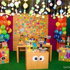 Festa com tema Monstrinhos para aniversário infantil. Tema super divertido por par amenino ou menina. Essa decoração é @caixadepoluka! Adorei! #kikidsparty