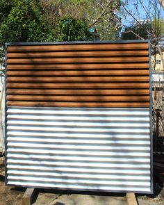 Panou de gard metalic alb-imitatie lemn.
