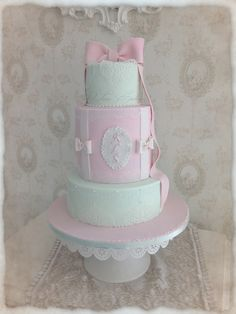 .#weddingcake #mariage #birthdaycake #anniversaire  #frenchwedding #gateaudemariage #paysdelaloire #mariageangers #patisserie #cakedesign #weddinglux  #loirevalleywedding