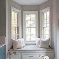 Bay Window Bedroom, Bay Window Living Room, Living Room Grey, Small Living Rooms, Bay Window Benches, Window Seats, Small Apartment Interior, Master Bedroom Interior, Bedroom Seating