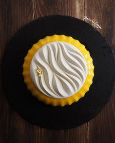 l'eclissi passa, nasconde il sole e va... e poi tutto torna a splendere più bello e più forte che mai Fancy Desserts, Delicious Desserts, Patisserie Design, Chocolate, Matcha Cake, Modern Cakes, Dessert Cake Recipes, Pastry Art, New Cake