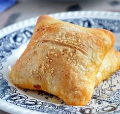 Muhacir Böreği The dough of migratory pastry consists only of flour, water and salt. Best Pie, Flaky Pastry, Mince Pies, Sausage And Egg, Breakfast Buffet, Middle Eastern Recipes, Turkish Recipes, Spring Rolls, Food And Drink