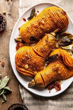 Hasselback Butternut Squash with Sage Butter and Prosciutto Breadcrumbs. I use sesame seeds instead of prosciutto. Butter Squash Recipe, Best Butternut Squash Recipe, Sage Butter, Herb Butter, Prosciutto, Think Food, Half Baked Harvest, Snacks Für Party, Thanksgiving Side Dishes