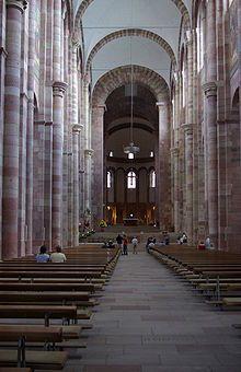 romanischer Kircheninnenraum