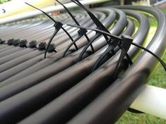 How to Make a Simple Solar Spa Heater on Your Roof - Here`s how to build your own solar powered hot tub heater or swimming pool heater for under u - Solar Energy Panels, Best Solar Panels, Solar Energy System, Pool Solar Panels, Solaire Diy, Alternative Energie, Diy Heater, Diy Solar Water Heater, Swimming Pool Heaters