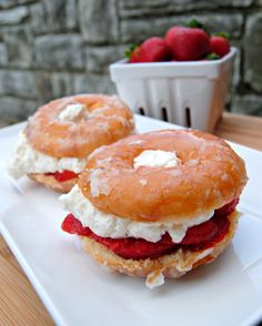 T Glazed Donut Strawberry Shortcake. I lightly grilled the donuts and used some vanilla ice cream too! Cake donuts are a good option as well. Think Food, I Love Food, Köstliche Desserts, Dessert Recipes, Deep Fried Desserts, Strawberry Desserts, Biscuits Graham, Food Porn, Tasty