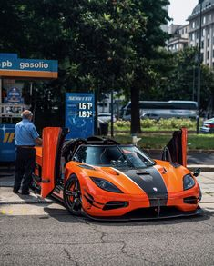 Koenigsegg Agera XS Karosserie Orange w/ exposed carbon fiber and White accents  Photo taken by: @zachbrehl on Instagram   Owned by: @lamborghiniks on Instagram