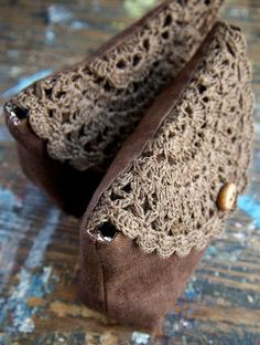 Linen clutch pouch purse makeup bag crocheted detail by namolioLinen clutch pouch purse - clever way to reuse doillies!This elegant pouch/clutch is made of pure linen and closes with hand crocheted doily detail and bone button.Clutch en lino y croche Crochet Doilies, Hand Crochet, Knit Crochet, Crochet Clutch, Crochet Purses, Crochet Bags, Knitted Bags, Handmade Bags, Crochet Projects