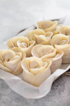 Dumpling recipe - Rose Shaped - Delicious Japanese Gyoza shaped like a rose flower! It is called Bouquet Gyoza in Japan but I name it Gyoza rose because it is Gyoza version of Apple rose. Japanese Gyoza, Japanese Dishes, Japanese Food, Dorayaki Receta, Dumpling Recipe, Creative Food, Asian Recipes, Food Porn, Cooking Recipes