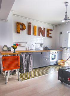 Acasă la Liana și Sorin: n-am mai pleca din bucătăria lor cu accente vintage Interior Rugs, Kitchen Design, Flat Interior, Kitchen Inspirations, Interior Design School, Best Interior Design, Boho Interior Design, Doors Interior, Apartment Interior