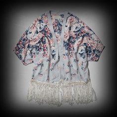 アバクロ レディース Tシャツ  Abercrombie&Fitch jody Kimono トップス ★着物をイメージした、上品な花柄トップス。個性的で他に無いアイテム!さっと肩から羽織れてオシャレです。  ★花柄と裾のフリンジが女性らしくてお洒落。