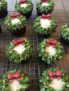 Christmas Desserts Easy, Christmas Snacks, Christmas Cooking, Noel Christmas, Christmas Goodies, Holiday Treats, Simple Christmas, Christmas Cupcakes Decoration, Holiday Recipes