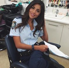 Sexy girls bored at work. Idf Women, Military Women, Women Police, Female Cop, Female Soldier, Mädchen In Uniform, Female Police Officers, Ms Officer, Femmes Les Plus Sexy