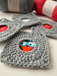 Love this crocheted square ~ absolutely perfect for highlighting little bits of color, or showcasing bits of your favorite fabric. ~ free tutorial {colour in a simple life: Porthole Square}