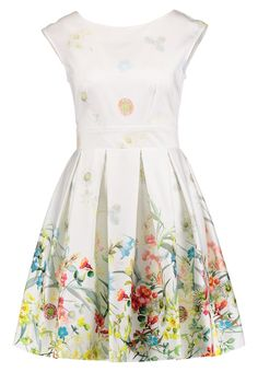 Shop Catherine Walker Fleurs Sauvages Print Dress as seen on Duchess of Cambridge. Copy Princess Kate's style with the best repliKate dresses for less! Kate Middleton Makeup, Kate Middleton Dress, Kate Middleton Style, Dresses For Less, Summer Dresses, Blush Flower Girl Dresses, Catherine Walker, Young Girl Fashion, Princess Kate