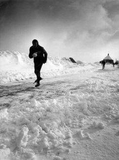 Schaatsen, Elfstedentocht 1963. Schaatser tijdens de tocht die onder erbarmelijk…