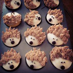 Hedgehog cupcakes Cupcake Day, Kid Cupcakes, Animal Cupcakes, Cupcake Cookies, Funny Cupcakes, Hedgehog Cupcake, Hedgehog Birthday, Woodland Cake, Cute Cakes