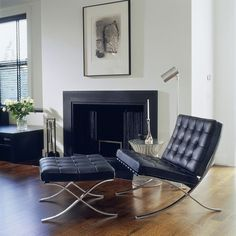 Glenn Gissler adapts Michael Kors' style of jet-set luxury in the renovation of the designer's penthouse, integrating designs by Florence Knoll, Warren Platner, and Mies van der Rohe. Bauhaus Interior, Eames, Open Plan Apartment, Living Spaces, Living Room, Barcelona Chair, Deco Design, Home And Living, Designer