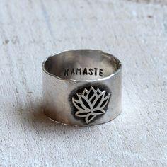 Anillo lotus de Namaste. Yoga inspirado en banda ancha con un loto en el frente e inscritos en el interior con Namaste. Este anillo de yoga es