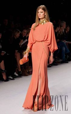 Elie Saab Erste Fotos, P-É 2011 - Konfektion - Ultimative Kleiderkollektion Formal Dresses For Women, Elegant Dresses, Beautiful Dresses, Dresses Dresses, Wedding Dresses, Couture Dresses, Fashion Dresses, Gowns With Sleeves, Couture Fashion