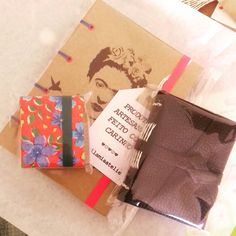 Separando pedido! 💖 Mais uma #FridaKahlo indo para um novo lar. 😍 #kit #papelaria #papelariaartesanal #feitoàmão #encadernaçãomanualartística #chaveirodepostit #minicadernodecouro #cartonagem #canson #produtosforadesérie #elo7br