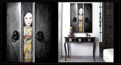 Cuadro mujer oriental abriendo puerta tibetana. Pintado a mano sobre lienzo con técnica de textura y tiradores en relieve. Puedes encargarlo con los colores que mejor se adapten a tu espacio en nuestra tienda de Madrid.