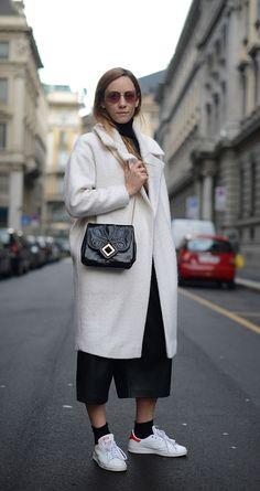 So lässig können Schwarz-Weiß-Kombinationen sein: Federica Cingolani stylt in Mailand einen weißen Wollmantel von Asos mit schwarzen Culottes von Cos, Stan Smith's von Adidas und einer Crossbody-Bag von Roger Vivier.