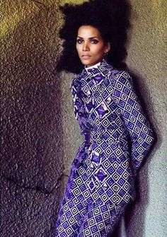 Halle Berry in waxed African print and natural hair - I luuuuuv it! African Inspired Fashion, African Print Fashion, Ethnic Fashion, Fashion Prints, African Prints, Fashion Styles, African Attire, African Wear, African Dress